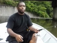 このイタズラわろたwww黒人のマジな表情ワロリwwwダムの釣りで・・・。
