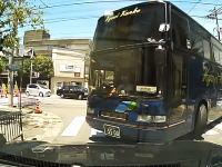 観光バス激おこ。でもこのタイミングなら仕方ないかも。停止線超えてしまったが為にめちゃ怒られる動画。