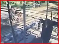 これは馬鹿なのか操作ミスなのか。遮断機の下りた踏み切りに進入したバイクが電車に轢かれる。