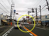 これは酷い運転。踏み間違いでパニック!?神奈川でバックで暴走する車が撮影される。