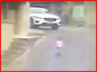 これは見えなかったかもな。坂道で転倒した小さな子供を車が踏みつけていく動画。