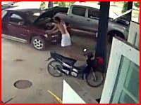 車を押して駐車場から出そうとしていた男性。壁との間に挟まれて圧死(°_°)