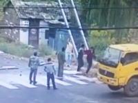 設置作業中の看板が電線に触れちゃって(°_°)男性3名が同時に感電しちゃうビデオ。