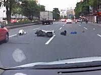 逃げて1秒で事故www警備員?から逃げようとした二人乗りスクーターが事故る瞬間。