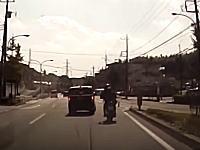 Uターンアタック!右折レーンで前の車を抜こうとした車が対向車線に弾かれる(°_°)