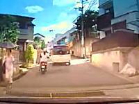 自転車のぶっ飛びっぷり(°_°)お姉ちゃんのスクーターが自転車と接触事故を起こす車載。