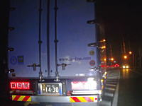 会社の看板を背負ってオラオラ運転を繰り返す大型トラック。炎上狙いのうpロード?
