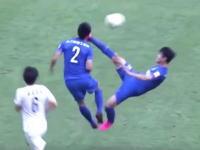 これはwww中国サッカーで見事なジャンピングハイキックが味方の選手に炸裂した瞬間。