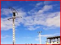 ビリビリ自殺?電柱に登っていた男性が電線に触れて感電して落下。その瞬間を撮影していたビデオ。