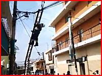 ビリビリ事故。電線工事の作業員が感電(°_°)しかもコードが絡まってずっとビリビリしてる。