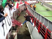 ゴールでも決まったかのような盛り上がりっぷりwwwピッチ乱入から生還したファンに大歓声が上がる。