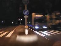 この中央分離帯に突っ込むドライブレコーダー映像が怖すぎる!真っ直ぐノーブレーキでドーン!(°_°)