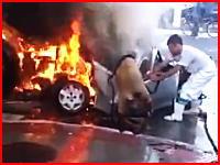 炎上する車内から必死に逃げ出そうとする人とそれを助けようとする人たち。