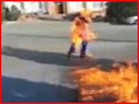 20歳の男性が焼身自殺。自ら火を付けて叫びながら建物に突入するまでを記録したビデオ。