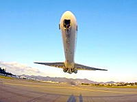 ジェットエンジンのパワーを体で感じれる距離。インゼル航空MD-82の驚くほど低い離陸。