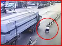 三輪車でトラックに特攻したらこうなる(°_°)たぶん即死で現場はグロい事になっていると思われる。