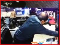 監視カメラが捉えた決定的瞬間。強盗に至近距離から頭を撃たれて殺されてしまった店主。