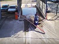 車止めのゲートを突破した二人乗りノーヘルDQNが二度目の突破で盛大に事故るwww