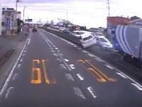 静岡で撮影されたなかなか豪快なトヨタアクアの事故映像。中央分離帯に乗り上げズドドドドーン