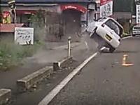 これもなかなかハゲスィ事故映像。目の前の軽四が縁石に乗り上げて大横転(°_°)