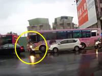 事故ったスクーターの兄ちゃんが一度は立ち上がるけどビターンと倒れてしまう動画。ダイジョブか?