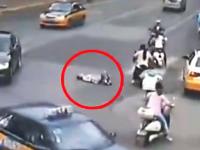 轢き殺され屋。混雑する道路に寝ころんだ老婆が左折してきた車に踏まれる(°_°)