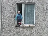 ヒヤヒヤ動画。マンション8階部分の窓枠の外に立つ赤ちゃんが撮影される(((゚Д゚)))