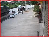トラックの目の前で転倒してしまったライダー。頭を粉砕されて引きずられる(°_°)