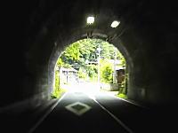 トンネルを抜けるとそこには危険運転のトヨタアクアがっ!これはあぶねえええええ!