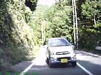 死ぬ気ですか殺す気ですか?ブラインドカーブで軽自動車と正面衝突寸前!ビックリドラレコ。