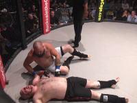 MMAケージファイトで脱糞(°_°)絞められた男がリング上にウンコを漏らしてしまうハプニング。