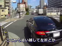 オラドケ運転?危険なタイミングで追い越し左折をするジャガーの映像。自転車レコ。