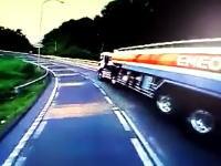 東名高速のタンクローリー横転事故の瞬間を撮影したドライブレコーダー映像がキタヨ。運転手は死亡。