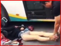 タクシーのドアに弾かれたバイクの女性が横を走っていたバスに頭を踏まれてその場で死亡。