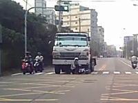 トラックの運転手から見えない死角に入り込んだスクーター。もちろん轢かれる踏まれる。