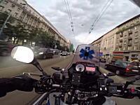 超速のバイク便。医療研究所に大急ぎで血液を届けるバイクの緊急走行風景。