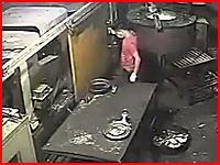 人生がオワタ瞬間。油圧プレス機を覗きこんだ男性が頭を潰されてしまうビデオ。