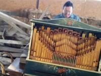 いい音色夢気分。手回しオルガンでマイケル・ジャクソンを演奏してみた。宿直。