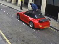 幌車ザクザク。ファンファン鳴ってもお構いなしで物色する車上荒らしが撮影される。