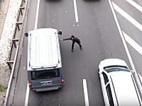 こんなのありかよwww道路を走ってくる車の窓に次々とビラを投げ込んでいく男。