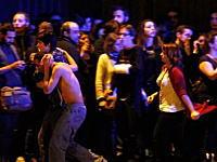13日の金曜日にパリで同時多発テロ発生。死者は120人に。その緊迫した現場の様子。