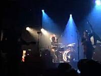 パリのテロ事件でコンサート会場襲撃の瞬間の映像が公開される。100名が死亡。