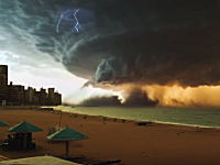 この世の終わりみたいな映像(°_°)ビーチでトーネードが生まれようとしている様子。