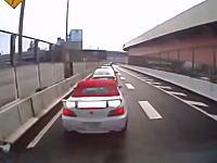 「どっひゃー!」にワロタwww渋滞にブレーキが間に合わずオープンカーに突っ込んだトラックの車載ビ。