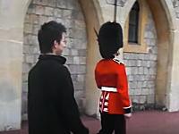 イギリスで旅行者が近衛兵にちょっかいを出してブチギレられる。鉄砲も向けられる(°_°)