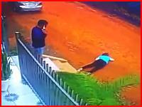 男女間のもつれか。玄関先で女性を撃ち殺してから自分の頭を打ちぬいて自殺した男。