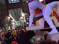 大阪のハロウィンでは繁華街のど真ん中一番込み合う場所にだんじりを持ち込んでいたwww