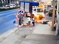 ぶっ飛ぶ鉄の塊。連結トラックが左折でバイクを巻き込む事故を起こす。カップルギリギリ。