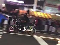 広島で警察に追われた暴走族のバイクがお祭りの中に突っ込み複数の人に衝突する動画。これはヤバい(°_°)