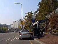 韓国で撮影されたこの事故コエエ(°_°)停車状態から突然暴走しだして複数の車に当たりまくる。